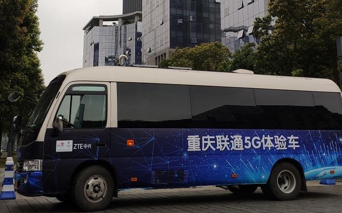 重庆联通5G体验车.jpg