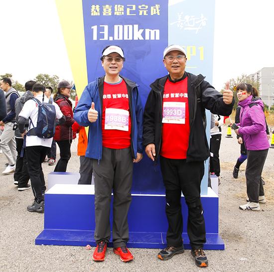 图六:联想集团董事长兼首席执行官杨元庆与队友在13公里打卡点合影.jpg
