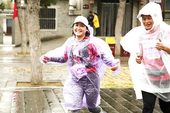 """圖九:徒步過程中下起了雨,聯想的""""善行者""""們依然面帶笑容繼續前行。.jpg"""