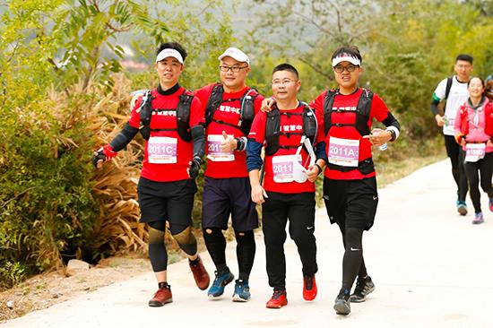 圖十:50公里徒步途中,聯想的善行者們相互幫扶,并肩前行,共同面對挑戰。.jpg