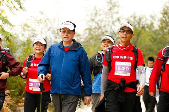 """图十三:联想集团董事长兼首席执行官杨元庆身体力行,带着联想的善行者队伍与其他""""善行者""""一道,向50公里徒步发起挑战。.jpg"""